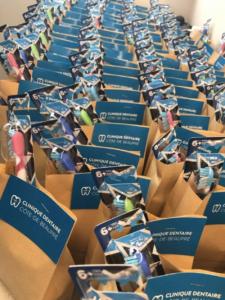 Distribution de bonbons et brosses à dent pour les enfants de l'école primaire